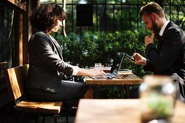 мужчина и женщина обсуждают покупку готовой фирмы с лицензией ФСБ