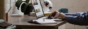 мужчина ищет информацию по получению лицензии ФСТЭК
